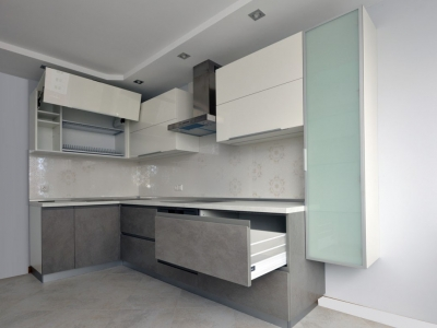 Широкие ящики увеличивают визуально размеры кухни.