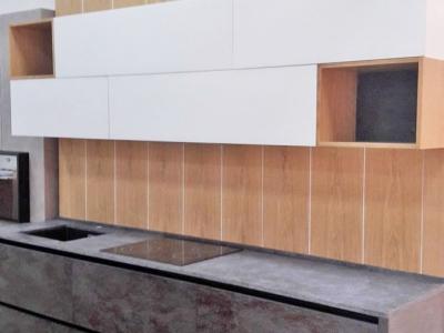 Кухня декорирована панелями шпонированого дуба.