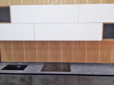 Хорошо сочетается матовое бархатистое стекло с керамической фактурой фасадов.