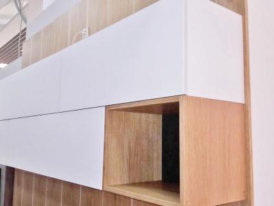 Комбинорованные ящики с открытыми нишами придают дизайнерскую легкость верхней конструкции ящиков кухни.