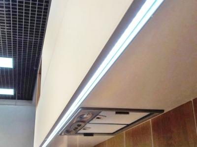 В верхние ящики кухни  встроен профиль  несущий двойную функцию, позволяет открывать дверки ящиков, и в профиль встроена   подсветка.