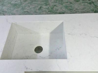 Интегрированная мойка изготавливалась под заказ из кварцевого камня, который шел на столешницу, что придает столешнице с мойкой внешне цельный вид