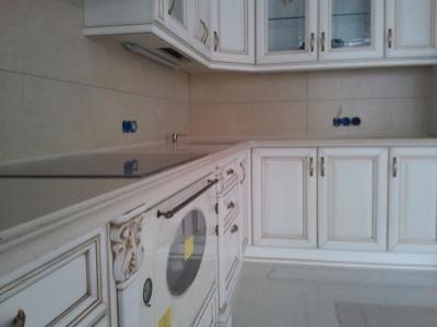 декоративный кант под верхними ящиками кухни