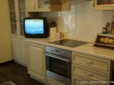 сервант утоплен относительно основной части кухни
