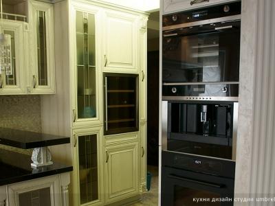 колонна с бытовой техникой на кухне