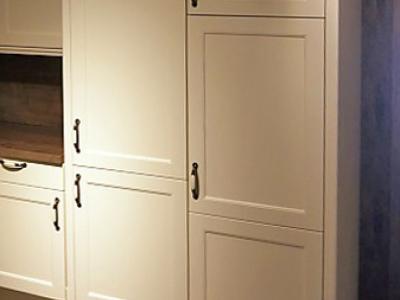 Высокие пенальной конструкции ящики позволяют использовать данную модель кухни в помещении с высокими потолками