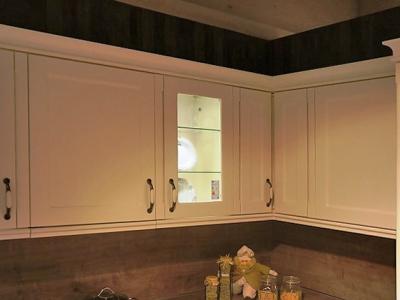 Встроенная подсветка в витрины придают нужную яркость кухн