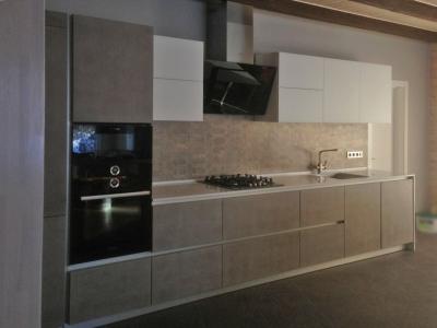 В пеналы кухни встроен холодильник, духовка и свч