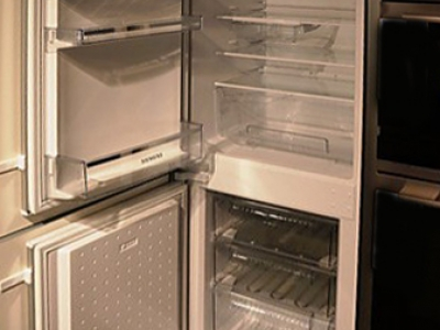 Встроенный холодильник хорошо соответствует нужному стилю кухни