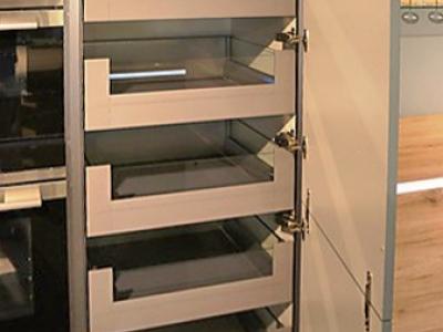 Пенальная  конструкция мебели содержит скрытые системы   выдвижных ящиков