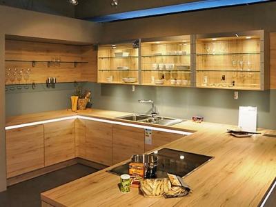 Открытые стеклянные полки, встроенная система подсветки, придают кухне индивидуальный дизайнерский вид- при среднем бюджете клиента