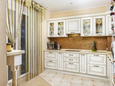 Дизайн кухни позволяет скрыть некрасивый выступ стены в углу кухни.  Мозаика дополнительно маскирует угол.