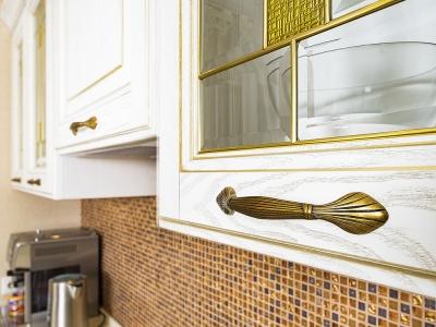 Накладные ручки имеют дизайн  колосков пшеницы, перевязанных лентой- древний итальянский символ плодородия