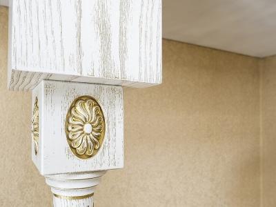 Колонна c декоративной накладкой поддерживает столешницу барной стойки.