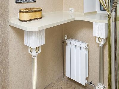 Столешница из цельного куска кварцевого камня опирается на две колонны с декоративными накладками.