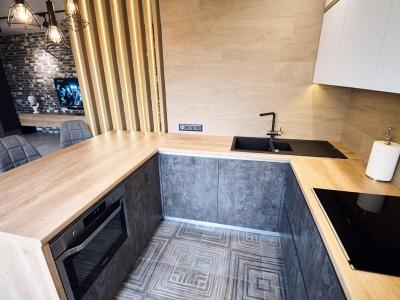 П-образная рабочая поверхность создаёт замкнутое внутреннее пространство кухни, что экономит время и силы хозяйки при передвижении в процессе готовки