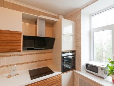 доступ в угол кухни идет через смежный ящик под духовкой