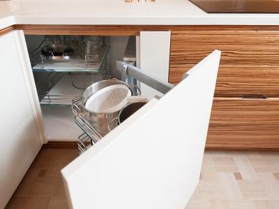 выдвижная корзина kessebohmer  для хранения  посуды в углу кухни
