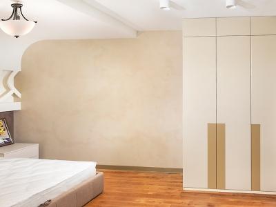 В спальне расположен шкаф для хранения. Дверцы также открываются нажатием. За счет усиленных петель вес дверцы при открывании не чувствуется, при том, что ее высота более двух с половиной метров.