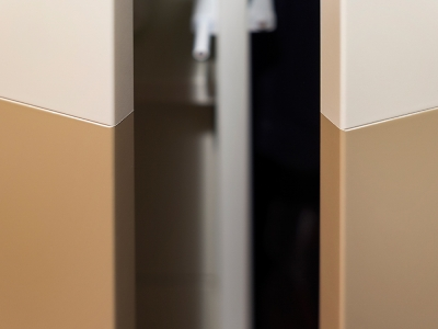 На фасадах выполнены вставки другого цвета с легкой фрезеровкой по контуру. Фасад представляет собой единое целое.