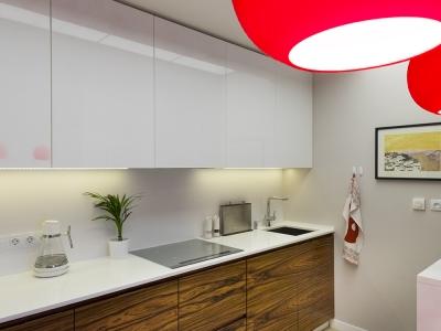 верхние фасады кухни  выполнены из глянцевого мдф