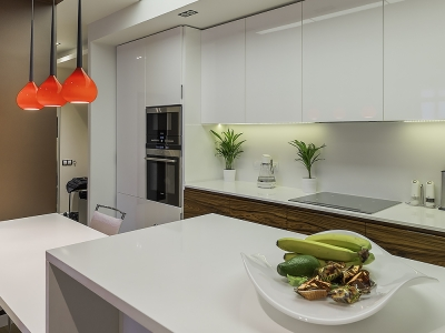 кухня выполнена полностью встраиваемой под потолок кухни
