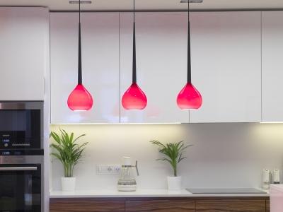 яркие контрастные светильники отлично украшают  кухню