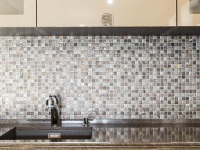 наборная мозаика отлично сочетается с материалами кухни