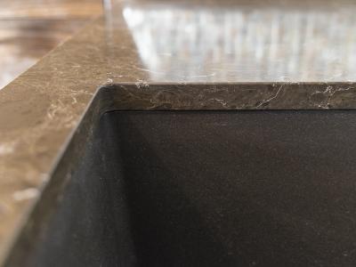 одно из достоинств каменных столешниц - интеграция мойки в уровень с камнем