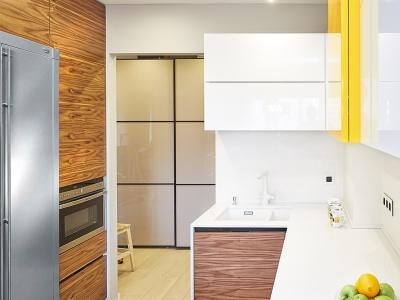 Холодильник вынесен в отдельный стек с техникой