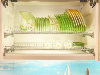 сушка для посуды из хромированной стали. Прозрачный лоток позволяет проникать свету внутрь ящика