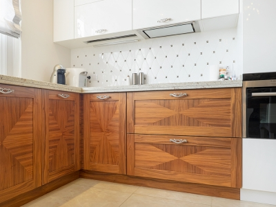 угловой шкаф для доступа в дополнительный отсек кухни