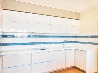 мелкая сегментная плитка сочетается с цветом фурнитуры кухни