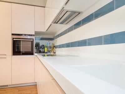 мелкая плитка отлично играет с размерами помещения кухни
