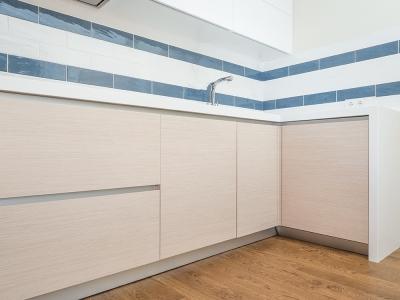 боковая стенка кухни держит опора из кварцевого камня