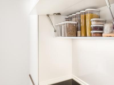 шкафы и ящики вмещают значительно больше, если подобрать соответсвующие емкости для хранения.