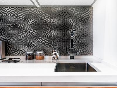 Прекрасно выглядящая плитка со скрытыми швами  объединяет сдержанно-роскошную композицию интерьера.