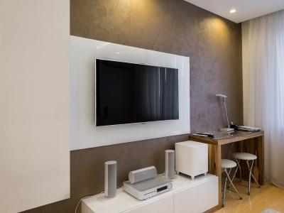 Декоративная панель за телевизором скрывает коммутационные провода.