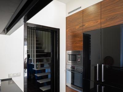 Полноценная секция с колоннами для бытовой техники и шкафов для хранения.