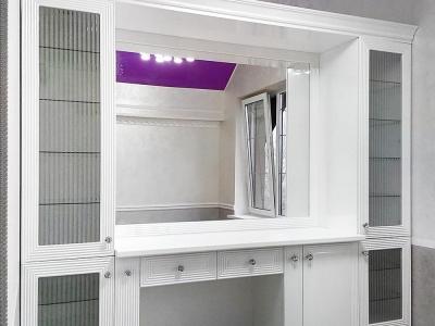 Белый цвет максимально лаконично смотрится на такой мебели. Чисто, аккуратно и со вкусом.