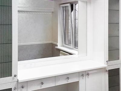 В центре гарнитура установлено бесшовное зеркало.