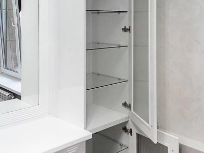 Полки из стекла внутри шкафов не только красивы, то также лучше помогают находить нужные предметы. Такие полки не помешают при установке внутренней подсветки.
