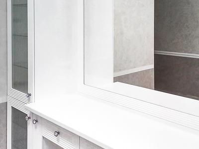Зеркало имеет крепежную рамку, выполненную в том же стиле, что и фасады мебели.
