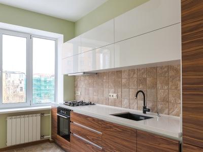 верхние ящики кухни  выполнены в высоком глянце