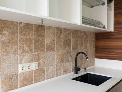 боковины шкафов кухни отделываются фасадным шпоном