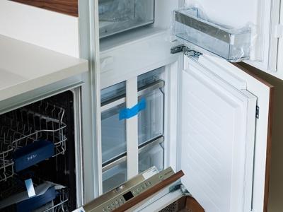 отделение морозильника в кухне