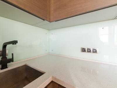 стеклянная панель для защиты стены от брызг и пара