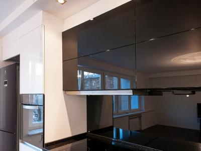 Корпус вытяжки спрятан внутри шкафа кухни