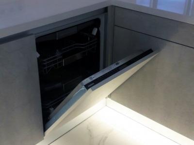 Посудомоечная машина Siemens удобно расположена справа от мойки