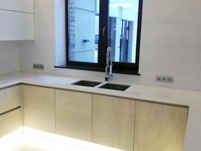 Размещение мойки напротив окна - часто используемое решение в планировке кухни в частном доме